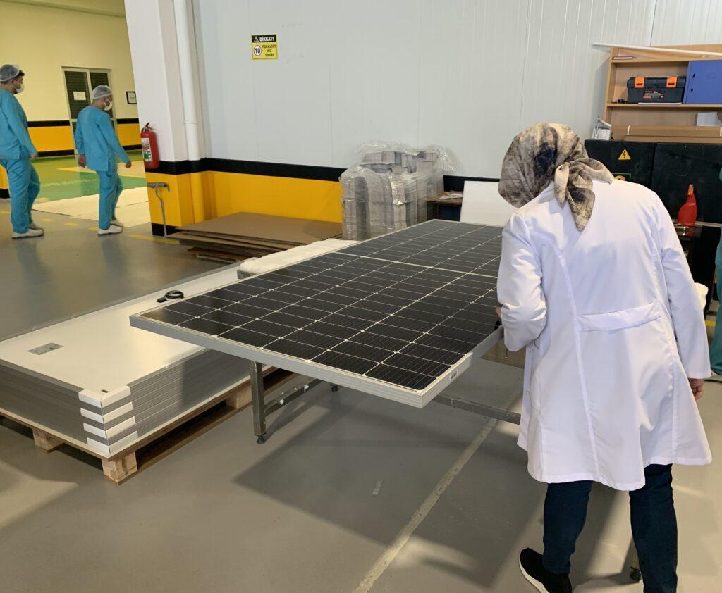 Güneş panellerinin paketleme öncesi görsel kontrolü